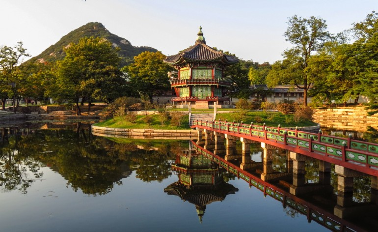gyeongbokgung-gardens-and-refelecting-lake (1)