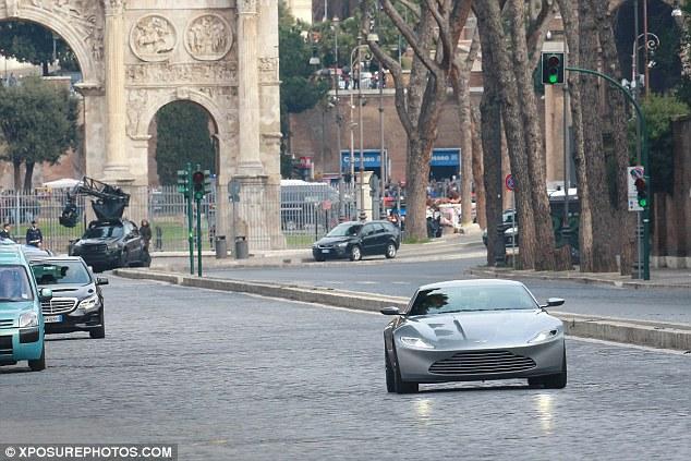 Bond in Rome