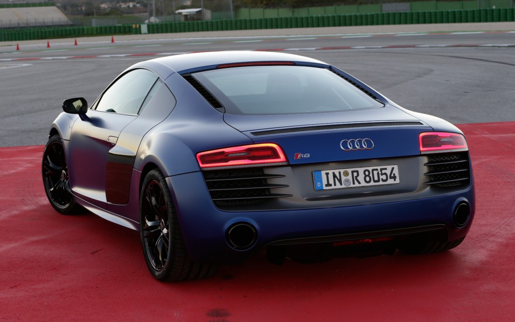 2014-audi-r8-v10-plus-rear-view-taillights-on